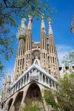BARCELONA SPANIEN - April 25, 2018: La Sagrada Familia - den mäktiga domkyrkan planlade av Gaudi, som är byggande Arkivbilder