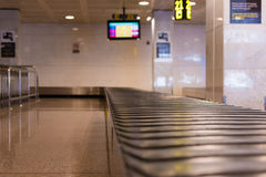BARCELONA, SPANIEN - 20. APRIL 2017: Leeres GepäckFörderband innerhalb des Flughafens Kopieren Sie Raum für Text Stockbild