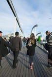 Barcelona Spanien - APRIL 08: Rambla de Fördärva, en modern bro i t Arkivfoton