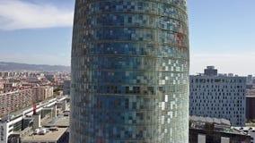 BARCELONA, SPANIEN - APRIL, 15, 2017 Turm-Nahaufnahmesteigender Luftschuß Torre Agbar Video 4K Stockfoto