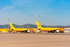BARCELONA, SPANIEN - 20. AUGUST 2016: Gelbe Transportflugzeuge Boeing 757 vom Logistikkurierunternehmen DHL Kopieren Sie Raum für Stockfoto