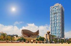 BARCELONA, SPANIEN - 12. AUGUST: Hotel-Künste und Turm und PET Mapfre Lizenzfreies Stockbild