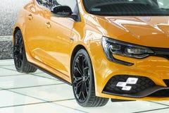 Barcelona Spanien - august 21, 2018: Renault för nytt bilmärke orange färg på skyltfönstersalongen royaltyfri fotografi