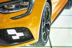 Barcelona Spanien - august 21, 2018: Renault för nytt bilmärke orange färg på skyltfönstersalongen royaltyfri foto