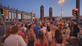 Barcelona Spanien - Augusti 5, 2018: Afton i mitten av Barcelona i fyrkanten med folk stock video