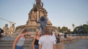 Barcelona Spanien - Augusti 5, 2018: Columbus Monument är en 60 M högväxt monument till Christopher Columbus på det lägre stock video