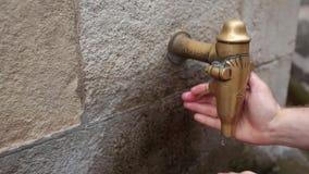BARCELONA SPANIEN - AUGUSTI 20: Ett gataklapp med dricksvatten på en varm sommardag Augusti 20, 2018 i Barcelona lager videofilmer