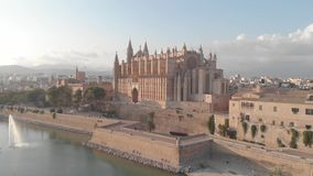 BARCELONA SPANIEN - 22 AUGUSTI 2018: Flyg- cityscape av Palma de Mallorca med domkyrkan, Balearic Island, Spanien stock video
