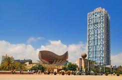BARCELONA SPANIEN - AUGUSTI 12: Hotellkonster och Mapfre torn och Pe Royaltyfria Foton