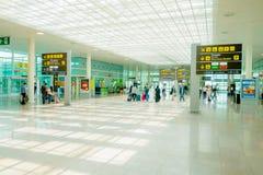 BARCELONA SPANIEN - 8 AUGUSTI, 2015: Inre ankomster royaltyfri fotografi