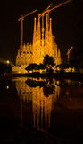 BARCELONA SPANIEN - AUGUSTI 11, 2016: Kristi födelsefasad Sagrada Familia och dess reflexion i vatten Royaltyfria Bilder
