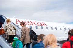 BARCELONA SPANIEN - AUGUSTI 20, 2016: Passagerare skriver in nivån Austrian Airlines kopiera avstånd arkivfoton