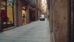 Barcelona Spanien - circa November 2017: Bilen fortskrider den smala gatan stock video