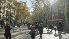 BARCELONA SPANIEN - CIRCA NOVEMBER 2017: Folket promenerar crowdy la rambla lager videofilmer