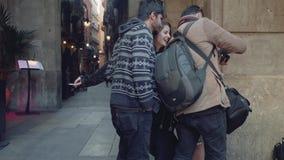 Barcelona Spanien - circa November 2017: Hållande ögonen på foto för folk under yrkesmässig fotoskytte stock video