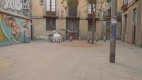 Barcelona Spanien - circa November 2017: Manridning som cyklar rikshaw i smal gata arkivfilmer