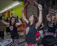 BARCELONA SPANIEN - December 8, Batala musik ståtar Fotografering för Bildbyråer