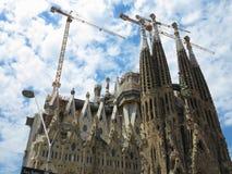 05 07 2016 Barcelona, Spanien: Den Sagrada Familia kyrkan lurar under Arkivbild