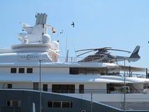 11 07 2016 Barcelona, Spanien: Detalj av den lyxiga stora toppna yachten Arkivfoton