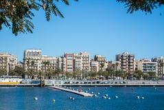 BARCELONA, SPANIEN - 12. FEBRUAR 2014: Eine Ansicht zu einem Pier mit Yachten an Barcelona-Hafen Stockbild