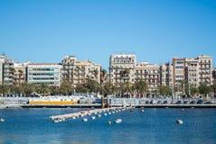 BARCELONA, SPANIEN - 12. FEBRUAR 2014: Eine Ansicht zu einem Pier mit Yachten an Barcelona-Hafen Stockfoto