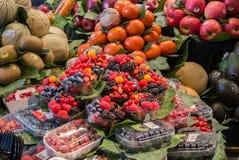 BARCELONA, SPANIEN - 12. FEBRUAR 2014: Früchte und Beeren am La Boqueria-Lebensmittelmarkt Stockbild