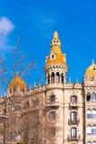 BARCELONA, SPANIEN - 16. FEBRUAR 2017: Gebäude umkleidet Antoni Rocamora Kopieren Sie Raum für Text vertikal Lizenzfreie Stockfotos