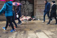 BARCELONA, SPANIEN, am 4. Februar 2018 junger Kerl A, Mädchen und ein Hund c lizenzfreies stockbild