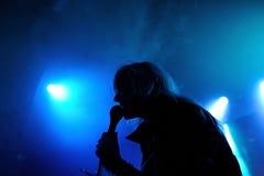 Maja Ivarsson, blonder Sänger der Töne versehen mit einem Band Lizenzfreie Stockfotografie