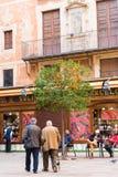 BARCELONA, SPANIEN - 16. FEBRUAR 2017: Orangenbaum in der Mitte der Stadt vertikal lizenzfreie stockfotos