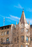 BARCELONA, SPANIEN - 16. FEBRUAR 2017: Schönes Gebäude im Stadtzentrum Konzept mit einem blauen Hintergrund Kopieren Sie Raum für Stockbild