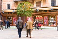 BARCELONA SPANIEN - FEBRUARI 16, 2017: Orange träd i mitten av staden Fotografering för Bildbyråer