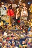 BARCELONA SPANIEN - FEBRUARI 16, 2017: Ställa ut souvenir shoppar Närbild vertikalt Royaltyfria Bilder