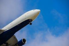 BARCELONA SPANIEN -08 20 2016: Flygplandeltaflygbolaget flyger t Arkivfoton