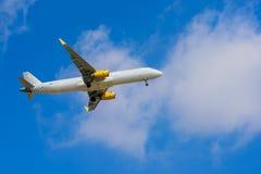 BARCELONA SPANIEN -08 20 2016: Flygplanet Vueling flyger till Arkivbild