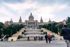 Barcelona Spanien - Januari 02 2016: Folket tar bilder mot den Catalan medborgaren Art Museum Royaltyfri Fotografi