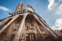 BARCELONA SPANIEN - Januari 12: La Sagrada Familia vid Gaudi Royaltyfria Foton