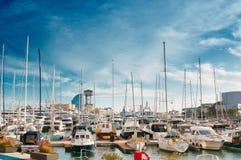 BARCELONA SPANIEN - JANUARI 02, 2018: Segelbåt och seglingskepp a Arkivfoton