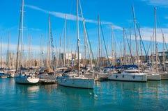 BARCELONA SPANIEN - JANUARI 02, 2018: Segelbåt och seglingskepp a Arkivfoto
