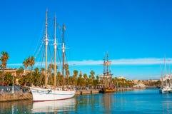 BARCELONA SPANIEN - JANUARI 02, 2018: Segelbåtar och seglingskepp Royaltyfri Bild