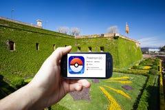 Barcelona Spanien - Juli 24: En Android användare förbereder sig att installera Pokemon går, fri-till-lek ökad en framkallad verk Fotografering för Bildbyråer