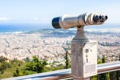 BARCELONA SPANIEN - JULI 13, 2016: Kikare som förbiser Barcelona horisont Royaltyfri Bild
