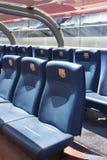 BARCELONA SPANIEN - JUNI 12, 2011: Blåa reservspelareplatser med symboler på Camp Nou stadion i Barcelona Arkivbild