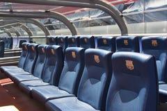 BARCELONA, SPANIEN - 12. JUNI 2011: Blaue Reservespielersitze mit Symbolen auf Camp Nou -Stadion in Barcelona Lizenzfreies Stockfoto
