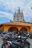 BARCELONA, SPANIEN - 25. JUNI: das heilige Herz von Jesus Church auf dem Tibidabo-Hügel Es gibt Motorradparken Barcelona, Spanien Stockfotografie