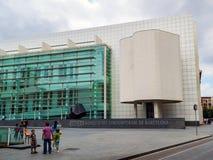 Barcelona Spanien - Juni 24, 2013: Fasad av det `-Art Contemporani de Barcelona för MACBA Museu D museet i den gamla staden av Ba arkivbilder