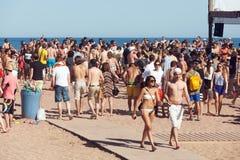 BARCELONA SPANIEN - JUNI 16: Festa på stranden i Juni 16, 2013 i B Fotografering för Bildbyråer