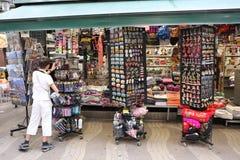 BARCELONA SPANIEN - JUNI 09: Souvenir shoppar på den LaRambla gatan på Arkivfoto