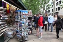 BARCELONA SPANIEN - JUNI 09: Souvenir shoppar på den LaRambla gatan på Royaltyfri Fotografi