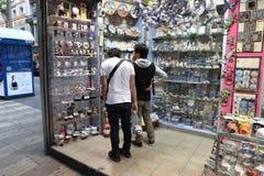 BARCELONA SPANIEN - JUNI 09: Souvenir shoppar på den LaRambla gatan på Royaltyfri Foto